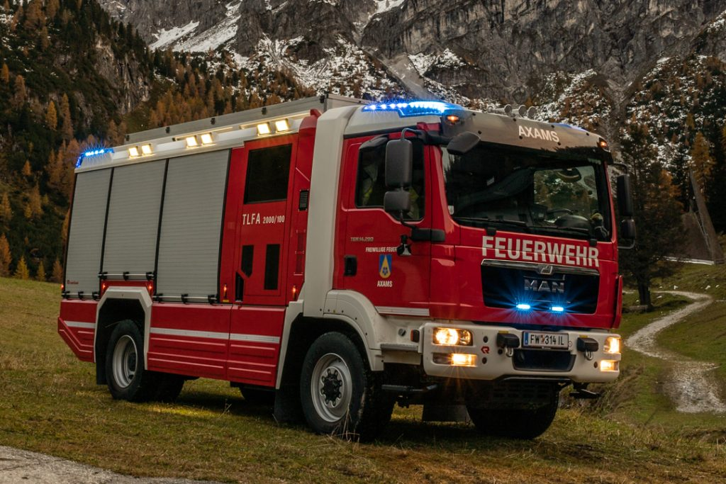 Tanklöschfahrzeug vor alpiner Landschaft